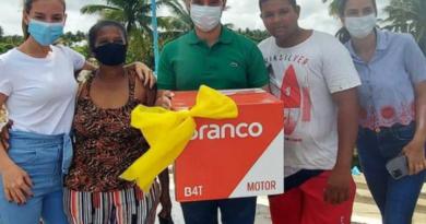 Prefeito Felipe Jatobá participa de barqueata e sorteia motores para pescadores de Jequiá da Praia